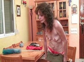 video relacionado Ama de casa para de limpiar para masturbarse