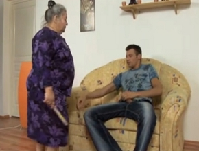 video relacionado Mi abuela me pilla haciéndome una paja