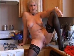 video relacionado Abuela muy sexy se frota el coño en la cocina