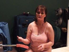 video relacionado Viuda caliente se masturba con una máquina folladora