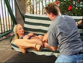 video relacionado Silvia Saint tiene sexo anal en un columpio