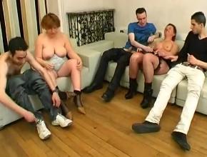 video relacionado Tres chicos jóvenes para dos milf muy cachondas
