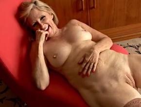 video relacionado Madura sesentona masturbándose frente a la cámara
