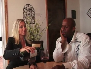 video relacionado Devon Lee es experta en catar vinos y en pollas negras