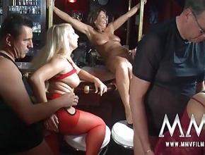 video relacionado Orgía amateur con maduras alemanas en un bar
