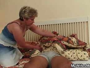 video relacionado Mamá estaba muy cachonda y me despertó con una mamada
