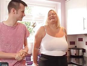 video relacionado Un joven desconocido entra en su cocina por error
