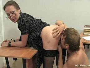 video relacionado La profesora se queda a solas en el aula con su peor alumno