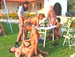 video relacionado El almuerzo entre amigos en el campo acaba en orgía al aire libre