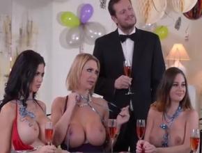 video relacionado Montan una fiesta, juegan al póker y acaban follando borrachos