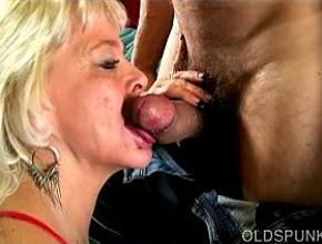 video relacionado El sexo oral es la mayor pasión de esta cincuentona viciosa