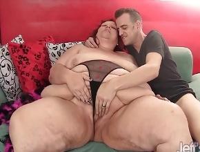 video relacionado Pelirroja con obesidad mórbida follada por un hombre delgado