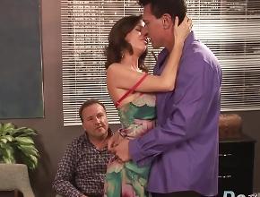 video relacionado Mujer casada tiene sexo con otro hombre delante de su marido