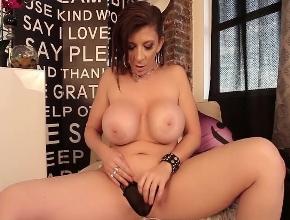 video relacionado La potente Sara Jay masturbándose con un vibrador