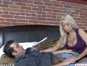 video relacionado Bridgette B nunca desaprovecha la visita de un hombre a su casa