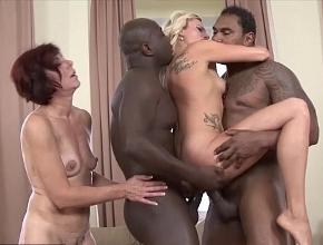 video relacionado Cuarteto sexual entre dos maduras necesitadas y dos potentes negros