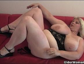 video relacionado Rubia muy gorda se mete los dedos por su enorme chocho