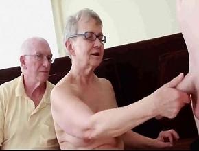 video relacionado Pareja de ancianos celebran su aniversario con un trío