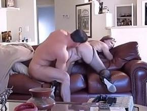 video relacionado Cada día cuando llega del trabajo empotra a su mujer contra el sofá