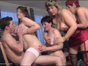 video relacionado Un grupo de señoras muy necesitadas organizan una fiesta sexual