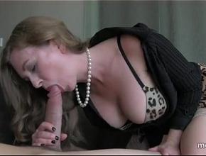 video relacionado Una madre pija y sexy que solo se relaja haciendo pajas y mamadas