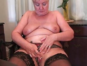 video relacionado Cuando está sola aprovecha para tener orgasmos con su dildo
