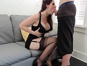 video relacionado Una diosa milf haciendo una espectacular mamada profunda