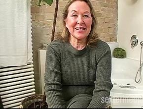 video relacionado Vieja ama de casa masturbándose y haciendo una mamada