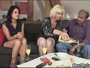 video relacionado Se pasan con el vino y terminan haciendo un trío muy caliente