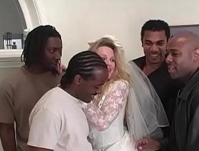 video relacionado Justo antes de su boda se da un homenaje sexual con cuatro negros