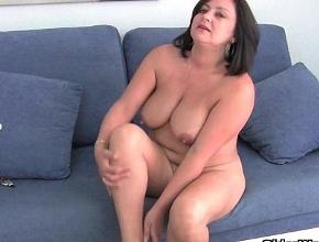 video relacionado Su marido la graba mientras ella se desnuda y se mete varios dedos