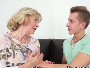 video relacionado Jubilada cachonda se gasta la pensión follando con jovencitos
