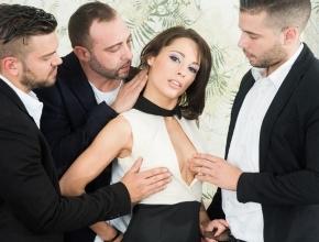 video relacionado Invita a sus tres mejores amigos para recibir una extrema follada