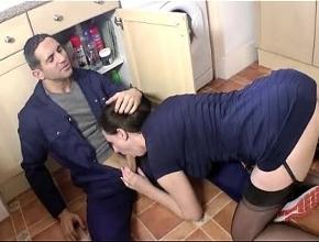 video relacionado Ama de casa casada le pone los cuernos a su marido con el fontanero