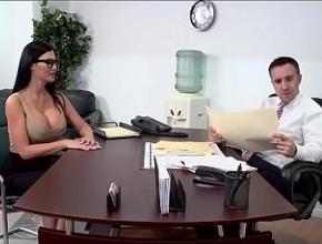 video relacionado La reunión a solas con su jefe acaba en dura follada