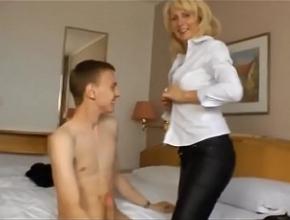video relacionado Se encierra en un hotel con un chico joven y se pasan el día follando