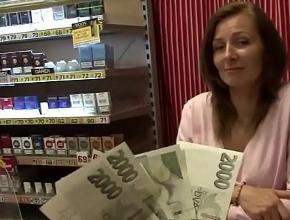 video relacionado Folla en su tienda con un desconocido a cambio de dinero