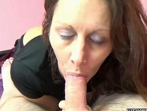 video relacionado Sorprende a su esposo despertándolo con una mamada profunda