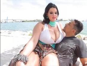 video relacionado Angelina Castro lo tiene muy fácil para ligar gracias a sus tetazas