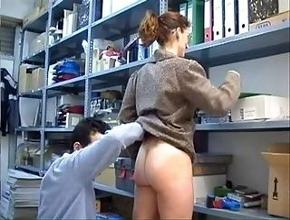 video relacionado Compañeros de trabajo tienen sexo anal en el almacén