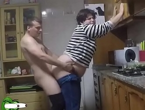 video relacionado Follan en la cocina mientras toman un picoteo